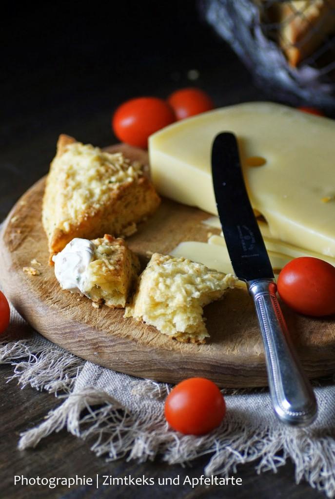 Kräuter-Käse-Scones mit Tomaten-Frischkäse blitzschnell selber backen