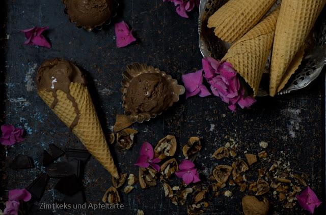 karamellisierte Walnüsse in Schokoladeneis