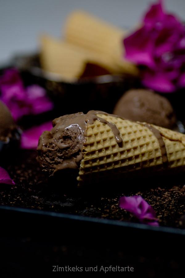 leckeres und cremiges Schokoladeneis mit karamellisierten Walnüssen
