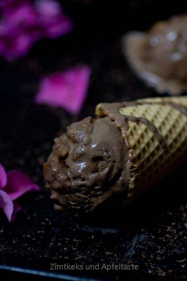 Schokoladeneis mit Walnüssen