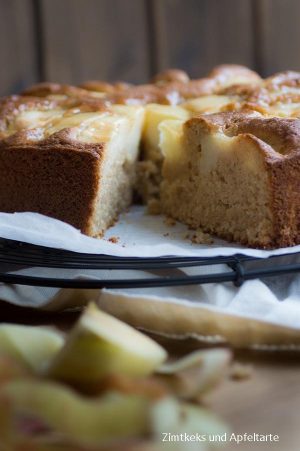 Apfelkuchen mit Apfelmus und Mandeln