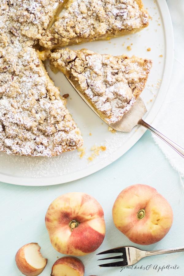 Einfaches Rezept für Pfirsich-Schmand-Pie mit Pekan-Streuseln