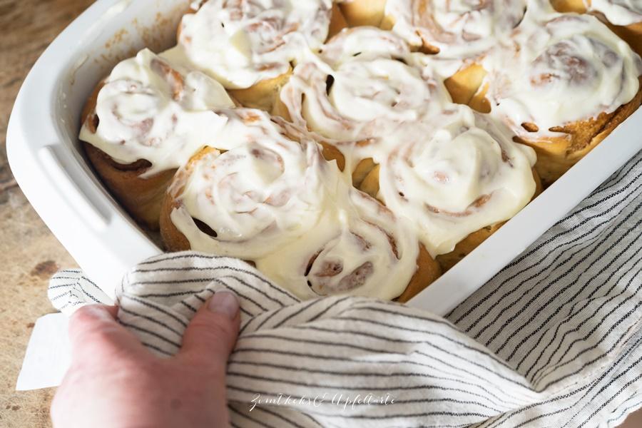 Cinnamon Rolls - Zimtschnecken mit Frischkäse-Frosting - Rezept von ZimtkeksundApfeltarte.com