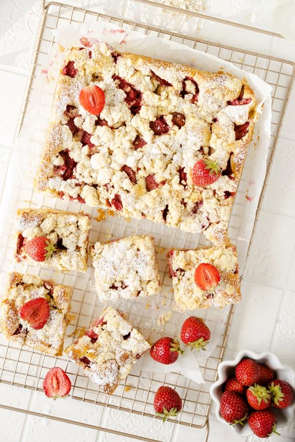 Zitroniger Erdbeer-Rhabarber-Kuchen mit Streuseln - einfaches und gelingsicheres Rezept