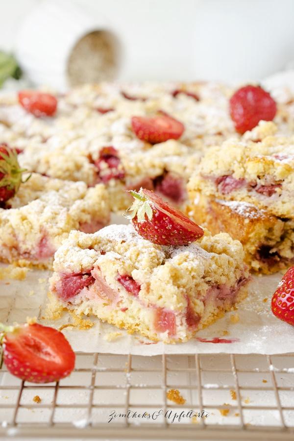 Zitroniger Erdbeer-Rhabarber-Kuchen mit Streuseln - einfaches und schnelles Rezept