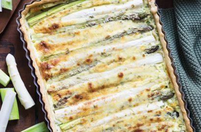 Rezept für vegetarische Spargelquiche von grünem und weißem Spargel