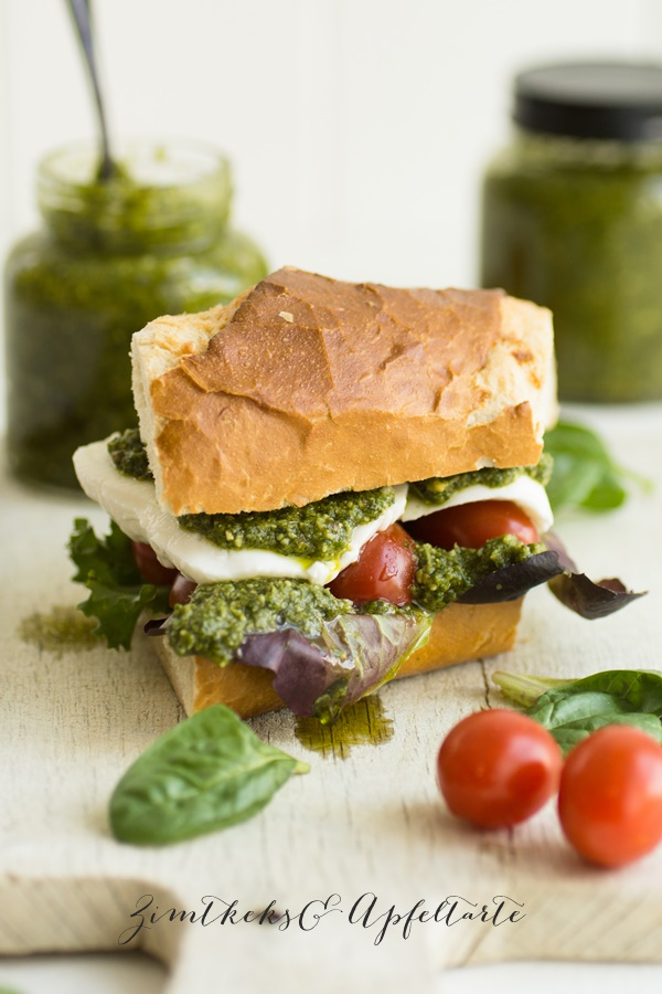 Caprese Sandwich mit Grüne Sauce Pesto