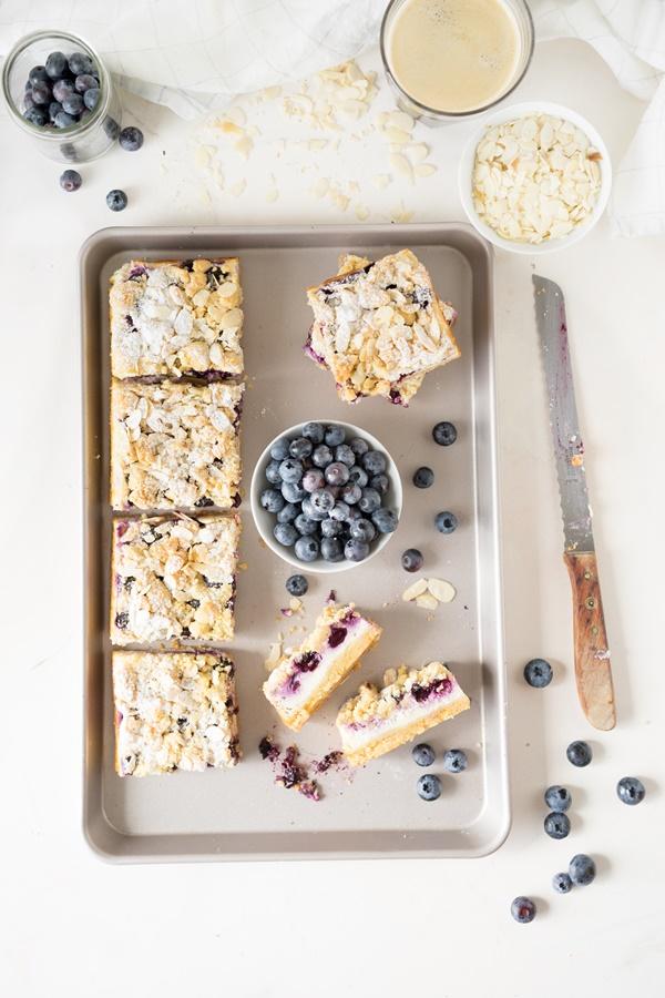Fruchtiger und cremiger Blaubeer-Cheesecake mit Streuseln - ganz einfach selber backen