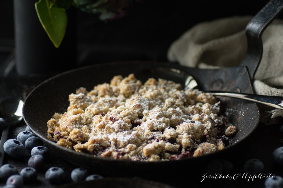 Blueberry-Crumble with Maple-Cream