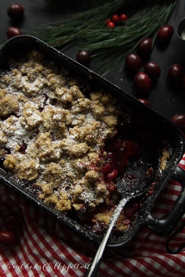 Christmas-Beeren-Crumble mit Spekulatius-Streuseln und Mascarpone-Creme