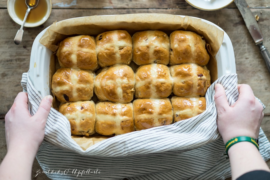 Hot Cross Buns - einfaches und gelingsicheres Rezept von ZimtkeksundApfeltarte.com