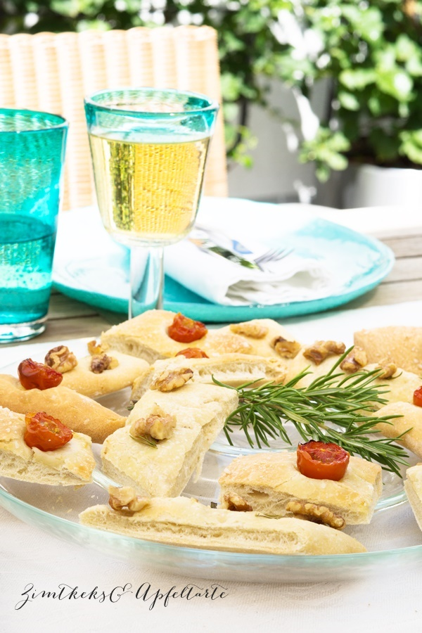 Zweierlei Foccacia und Tomaten-Pfirsich-Salat mit Burrata