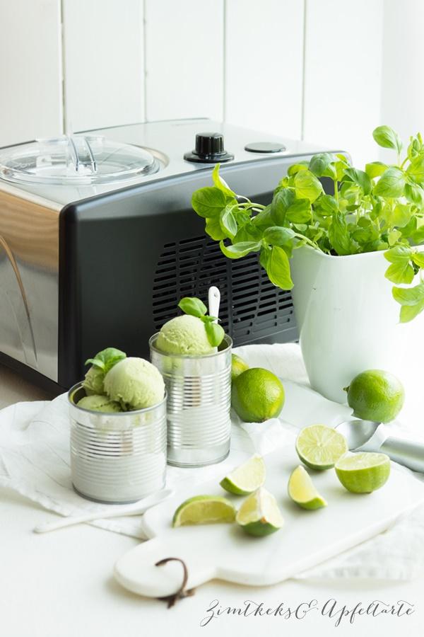 Basilikum-Limetten-Sahne-Eis mit der Eismaschine
