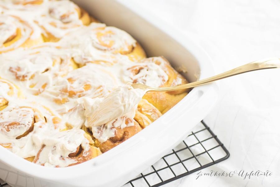 Einfach lecker: Köstliche Pumpkin-Spice-Rolls - Kürbis-Zimtschnecken mit Maple-Glasur