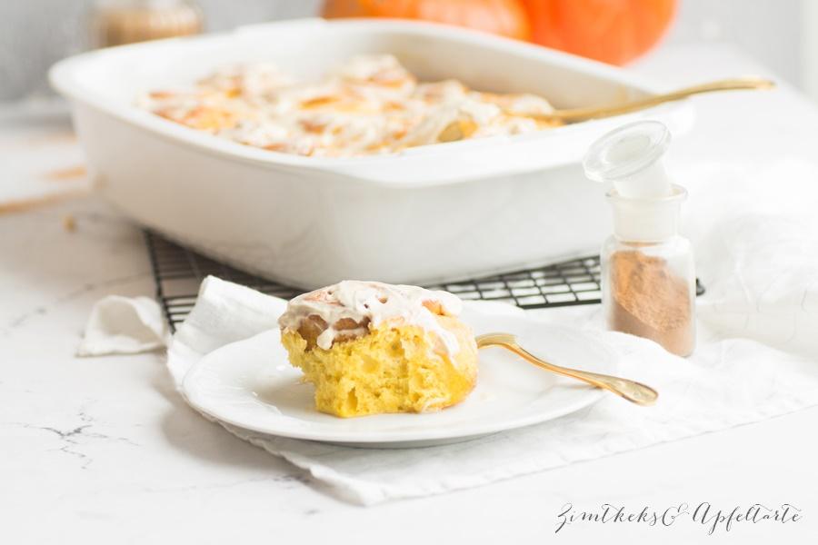 Köstliche Pumpkin-Spice-Rolls - Kürbis-Zimtschnecken mit Maple-Glasur - ZimtkeksundApfeltarte.com