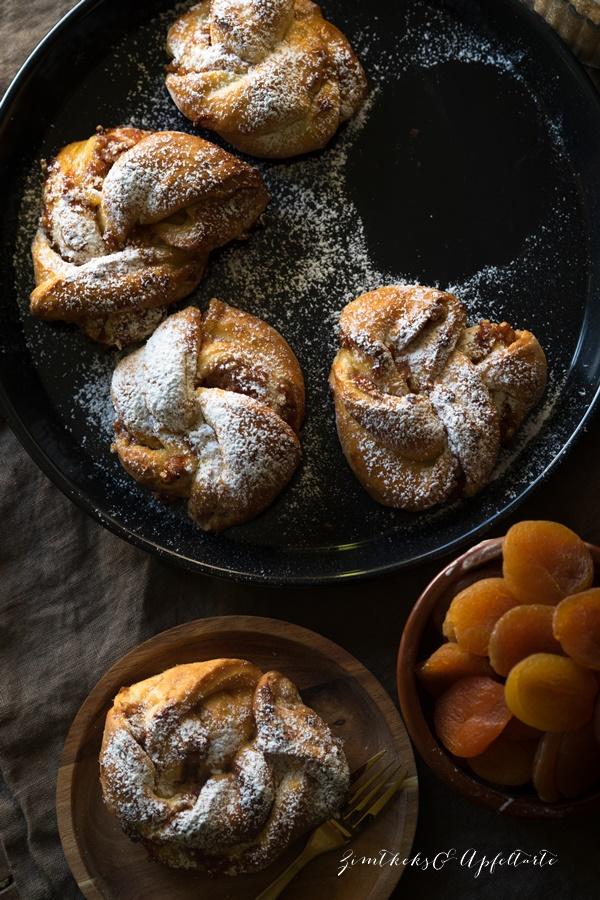 Hefeknoten mit Aprikosen-Mandel-Füllung - lecker und einfach zu backen