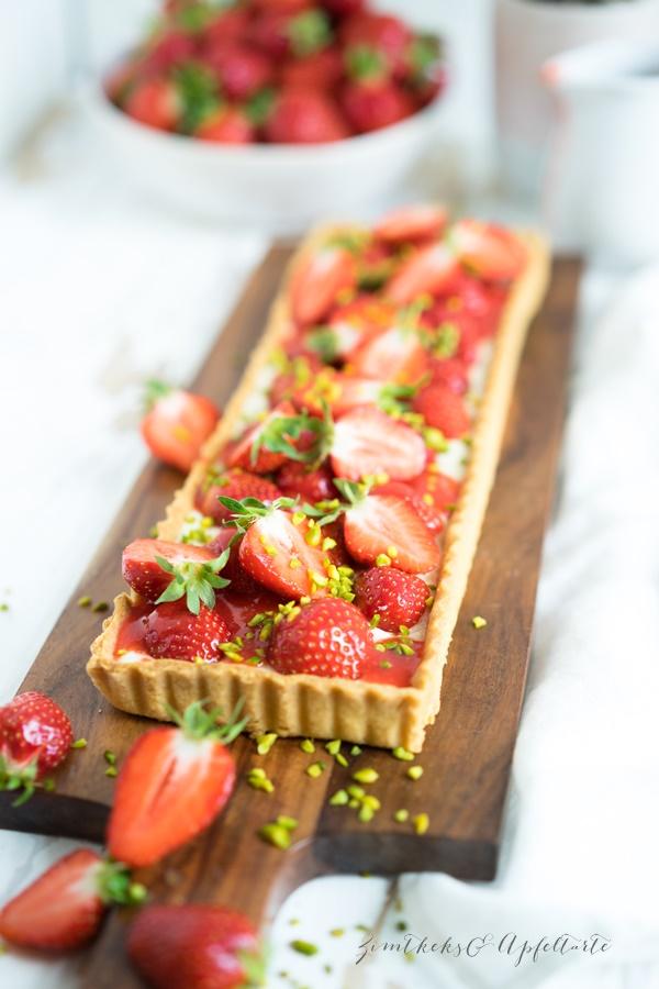 Cremige Vanille - Puddingtarte mit Erdbeeren und Erdbeersauce - einfaches Rezept
