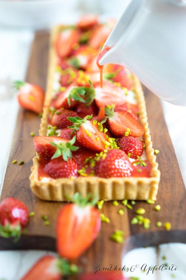 Cremige Puddingtarte mit Erdbeeren - ganz einfaches Rezept von ZimtkeksundApfeltarte.com