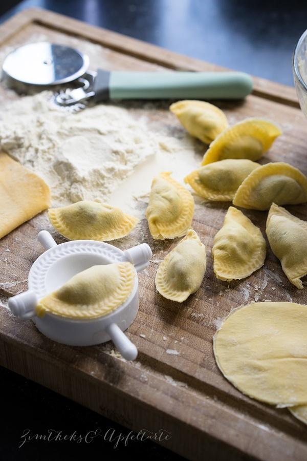 Hausgemachte vegetarische Ravioli mit Pilz-Ricotta-Petersilien-Füllung - einfach lecker