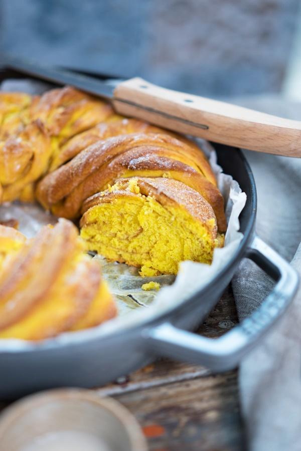 Saftiger Kürbis-Hefekranz mit Zimt – Braided Pumpkin Cinnamon Bread