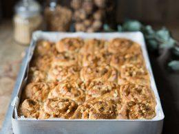 Walnuss-Karamell-Hefeschnecken mit Karamellsauce - Zimtkeks und Apfeltarte