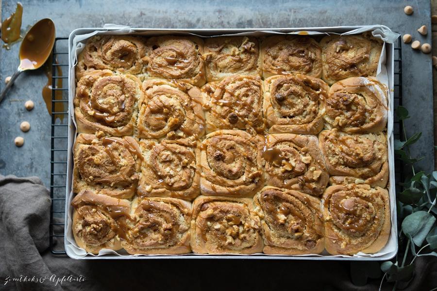 Walnuss-Karamell-Hefeschnecken mit Karamellsauce