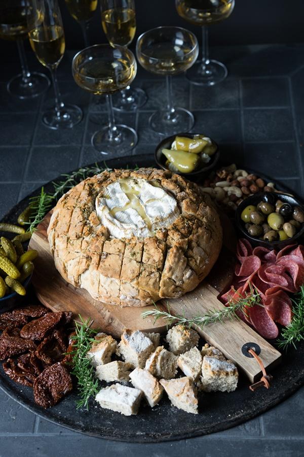 Camembert im Brot - Vorspeisenplatte - perfekt als Snack zu Silvester oder zum Aperitif - Zimtkeks und Apfeltarte