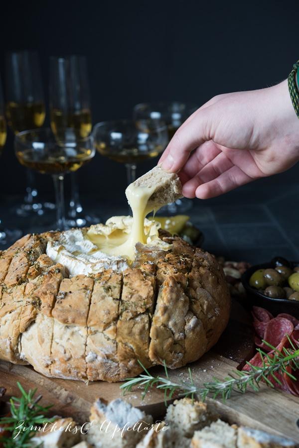 Camembert im Brot - einfacher und schneller Snack zu Silvester oder für Gäste