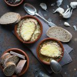 Einfaches Rezept für französische Zwiebelsuppe überbacken