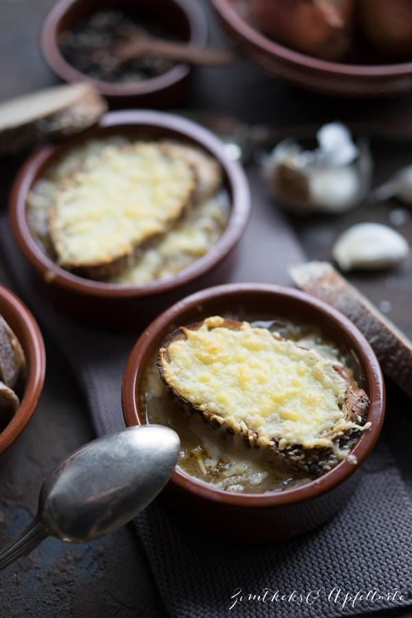 Schnelles Rezept für Französische Zwiebelsuppe mit Käse überbacken - das einfache Rezept gibt es bei Zimtkeksundapfeltarte.com