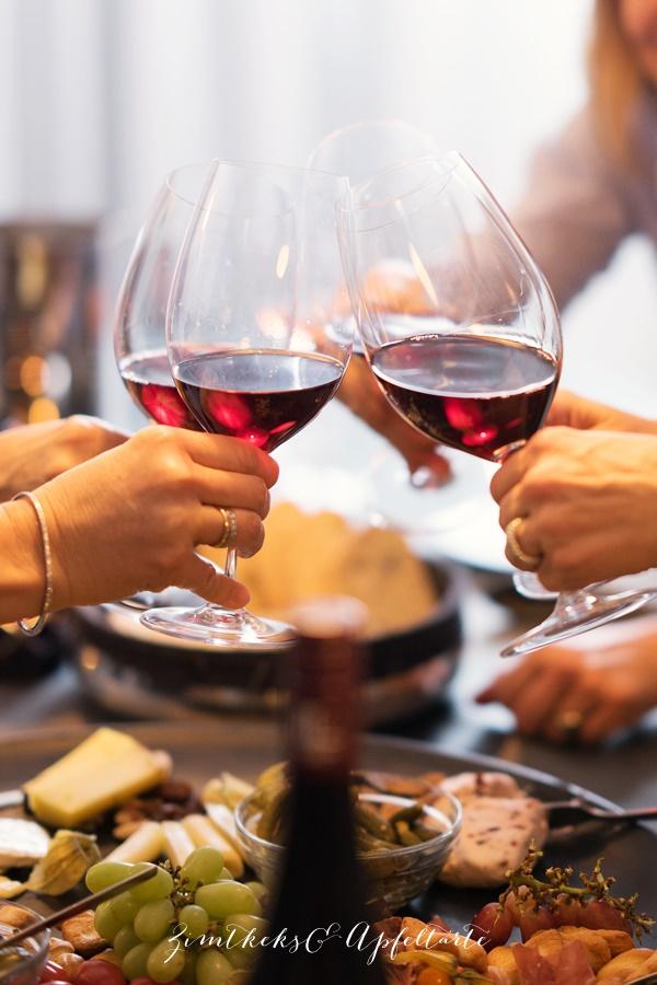Weinprobe mit Freunden und ein Cheeseboard