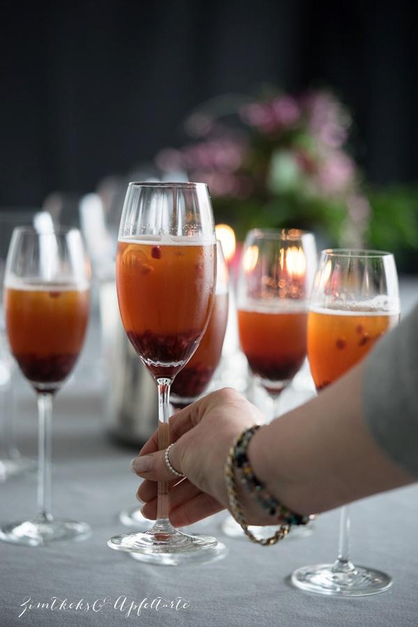 Aperitif - Champagner mit Grenadine und Granatapfel