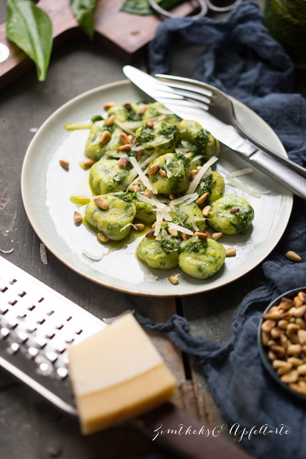 Bärlauch Gnocchi mit Bärlauch Pesto und Pinienkernen - gelingsicheres Rezept auf ZimtkeksundApfeltarte.com