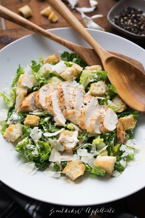 Klassischer Ceasar Salat / Ceasar Salad with grilled chicken - ganz einfaches Rezept zum Grillen