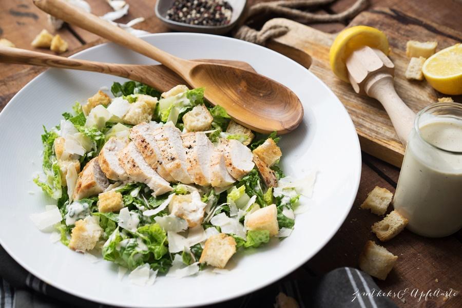 Rezept für lassischer Ceasar Salat / Ceasar Salad mit gegrilltem Hühnchen - lecker und ganz einfach