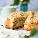 Veganer Rhabarberkuchen mit Streuseln - gelingsicheres Rezept von ZimtkeksundApfeltarte.com