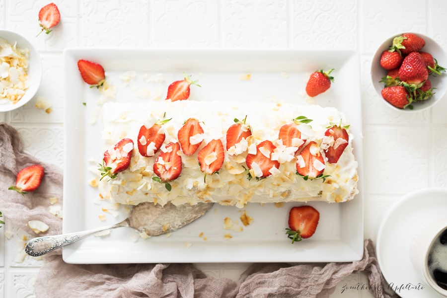 Erdbeer Kokos Biskuitrolle mit Frischkäse - kinderleichtes Rezept - gelingsicher