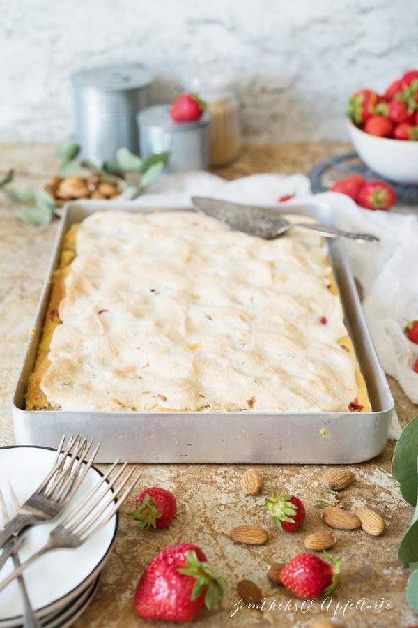 Gelingsicheres Rezept für Erdbeer-Rhabarberkuchen mit Mandel-Baiser vom Blech