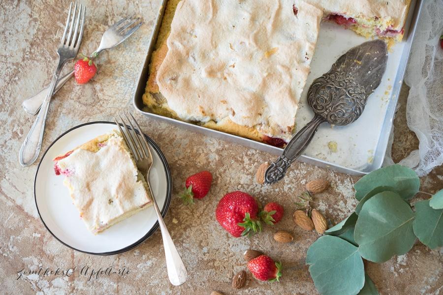 Einfaches Rezept für Erdbeer-Rhabarberkuchen mit Mandel-Baiser vom Blech