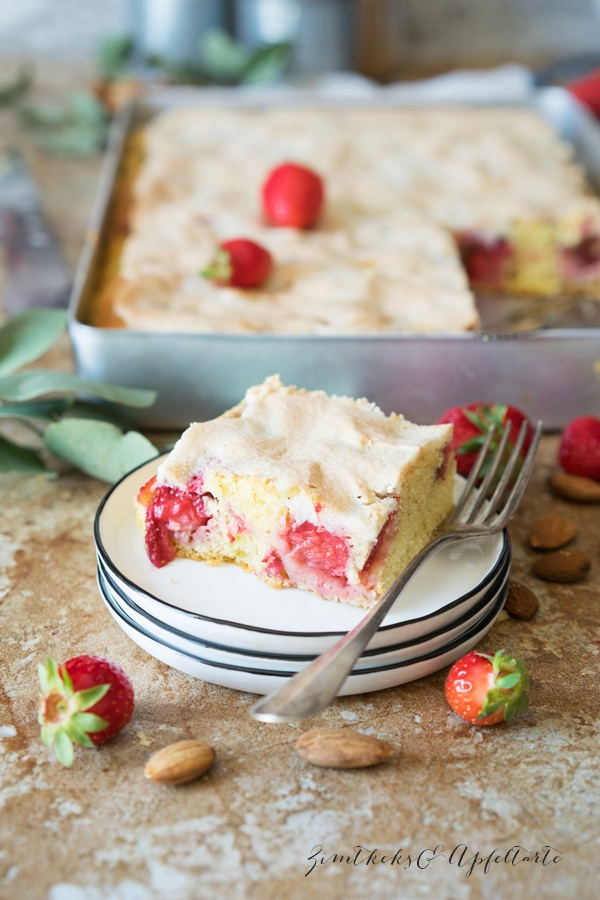 Erdbeer-Rhabarberkuchen mit Mandel-Baiser vom Blech - Rezept einfach und schnell