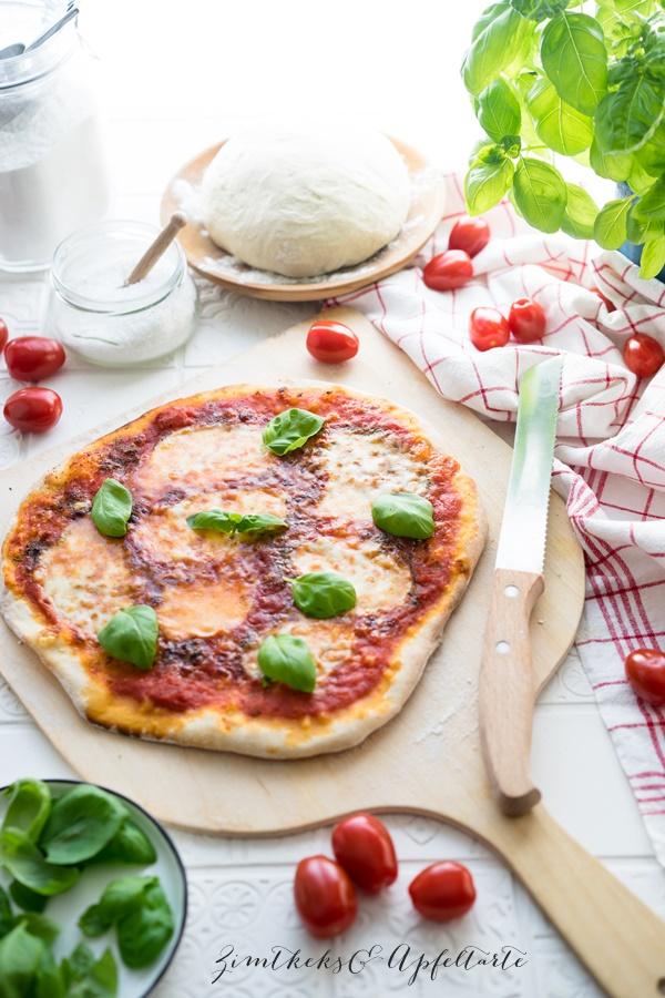 Der beste italienische Pizzateig und Pizza Margherita - toller knuspriger Teig