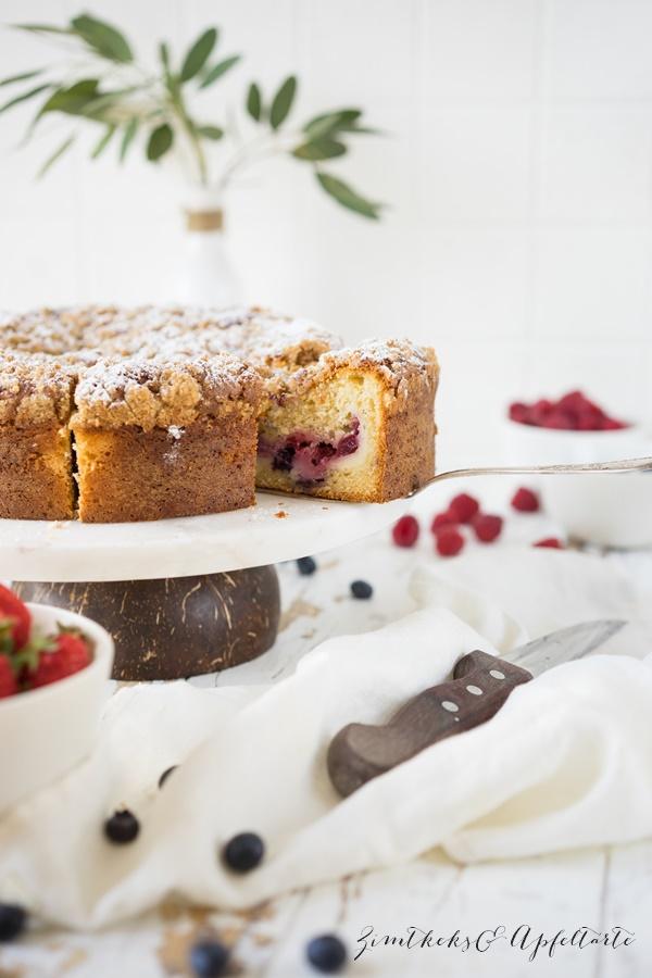 Beeren-Kaffeekuchen mit Cheesecake-Kern und Zimtstreuseln