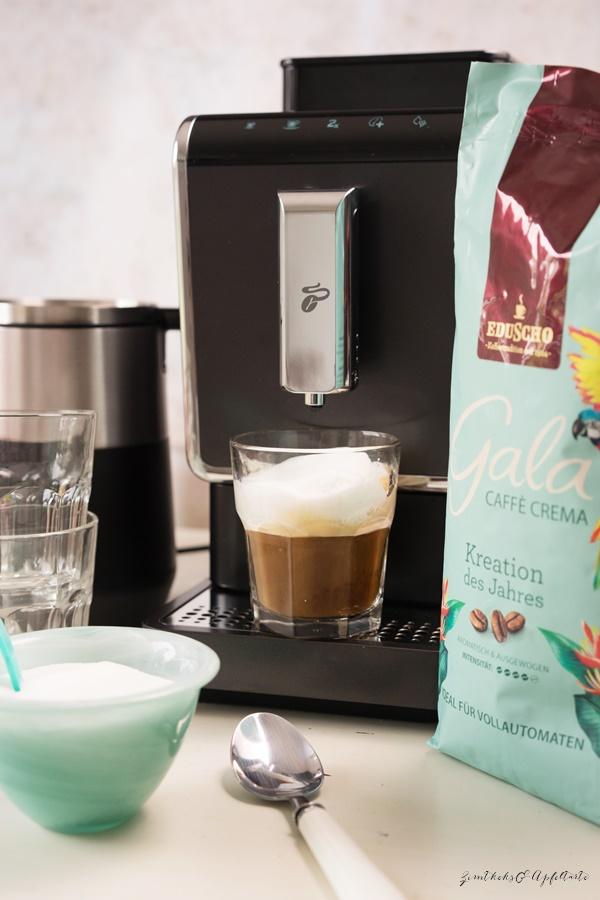 Cappuccino-Schnitten mit Beeren und Aprikosen