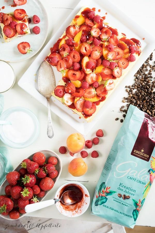 Gelingsicheres Rezept für Cappuccino-Schnitten mit Beeren und Aprikosen