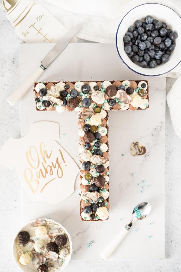 Schokoladen Letter-Cake mit Beeren mit Frischkäsecreme - lecker und saftig