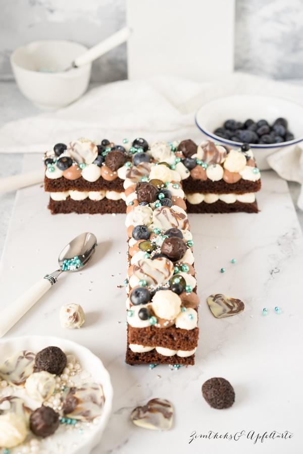 Einfaches Rezept für einen Schokoladen Letter-Cake mit Beeren und Frischkäsecreme