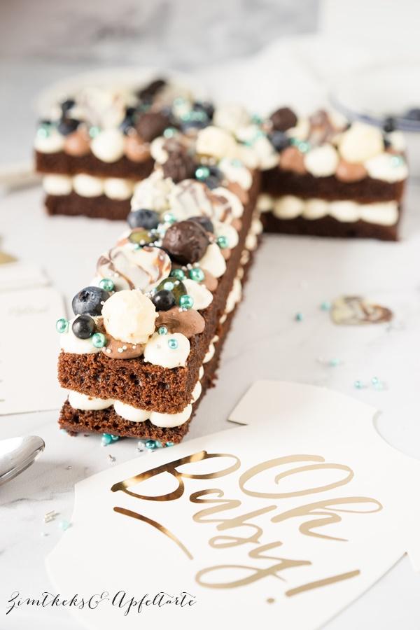 Schokoladen Letter-Cake mit Beeren und Frischkäsecreme