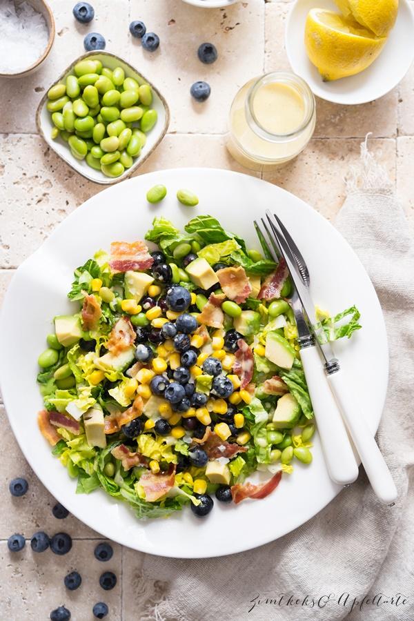 Einfaches und schnelles Rezept für Sommersalat mit Blaubeeren, Edamame und Honig-Dressing