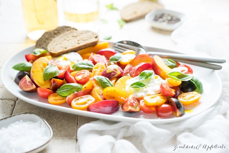 Tomaten-Steinfrucht-Salat mit Burrata und Basilikum - gelingsicheres Rezept