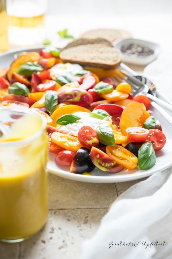 Blitzrezept für sommerlichen Tomaten-Steinfrucht-Salat mit Burrata und Basilikum